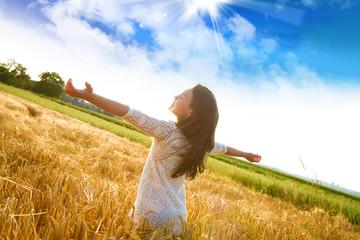 Bambina felice nel campo