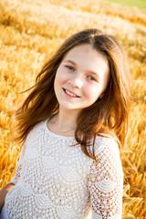 Bella ragazzina nel campo