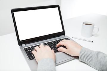 mann schreibt auf laptop am schreibtisch
