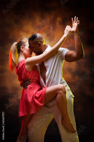obraz lub plakat Młoda para tańczy Karaiby Salsa