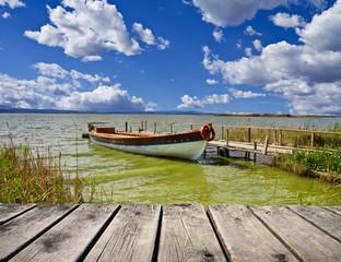 barca en el embarcadero del rio amazonas
