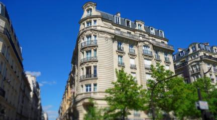 Bâtiment parisien sur fond de ciel bleu