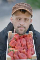 homme avec fraises