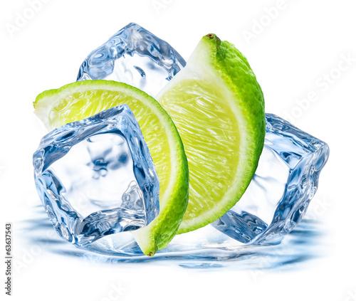 wapno-owoc-z-lodem-odizolowywajacym-na-bialym-tle