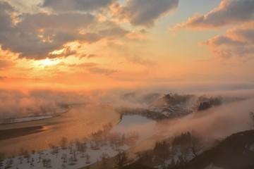 朝もや雲海流れる信濃川の朝