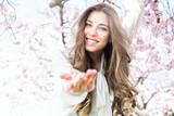 Fototapety hübsches mädchen in der blüte