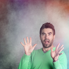 Erschrockener unrasierter Mann, colourful