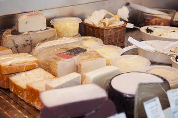 Käsetheke auf einem Markt