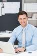 motivierter junger geschäftsmann im büro