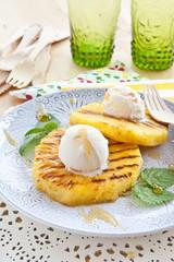 Gegrillte Ananas mit Eiscreme