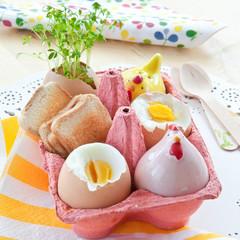 Fruehstueckseier mit Salz, Pfeffer und kleinem Toast