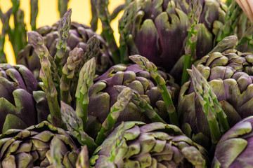 Particolare di cestino di vimini con carciofi ed asparagi