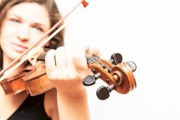 Geige in Nahaufnahme mit einer Geigerin