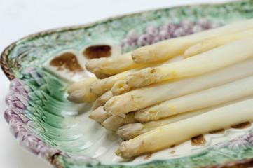 Weisser Spargel (Asparagus) auf einer historischen Spargelplatte