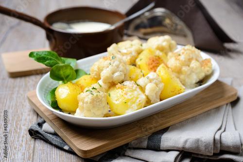 Kartoffeln,Blumenkohl,geröstete Semmelbrösel und vegane Soße