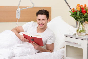 mann liest im krankenhaus