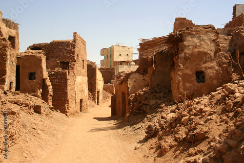 In de dag Egypte Old part (citadel) of desert town Mut in Dakhla oazis in Egypt