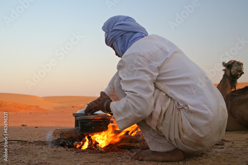 In de dag Egypte Native arab bedouin making a dinner in the desert