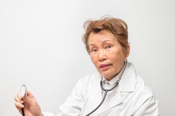 高齢の女性の医者