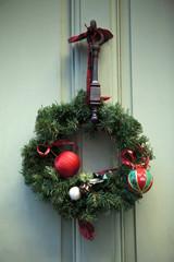 Couronne de décorations de Noël sur une porte