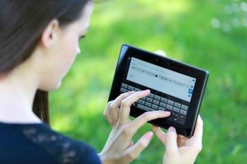Jeune femme utilisant une tablette