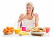 Blonde Frau mit Marmeladenbrötchen