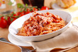 spaghetti all'amatriciana con ingredienti intorno
