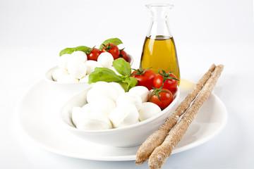Prodotti tipici italiani;mozzarella,pomodoro e grissini