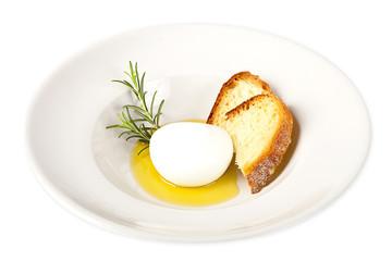 Mozzarella fresca con pane, rosmarino e l'olio d'oliva