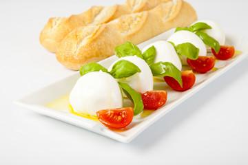 Mozzarelle con pomodorini,basilico e baguette