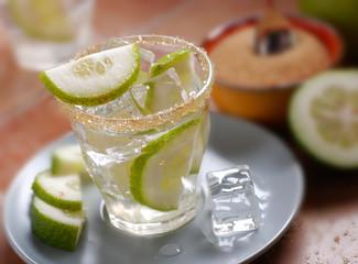 acqua tonica con ghiaccio, limone e zucchero di canna