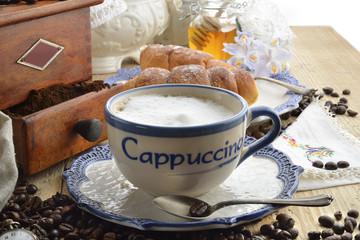 cappuccino e brioche colazione orizzontale