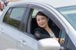 車を運転するアジアのスーツの女性