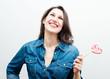 красивая счастливая женщина с конфетой в виде сердца
