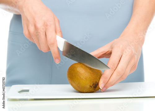 Cook is chopping kiwifruit