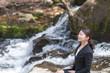 自然の中でリラックスするアジアのスーツの女性