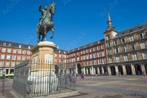 Leinwanddruck Bild Equestrian statue on the Plaza Mayor in Madrid