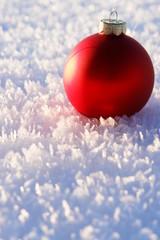 weihnachtskugel im schnee