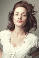 Portrait jeune femme mode au cheveux marron
