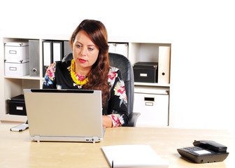 Sekretärin sitzt im Büro
