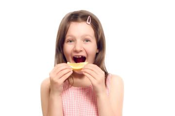 Spitzbübisches Mädchen mit einer spritzigen Zitrone