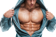 Forte homme sportif Fitness Model Torso montrant six pack abs. est