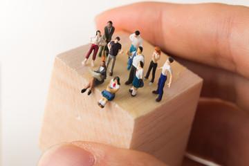 木のブロックの上に立つ様々な人々