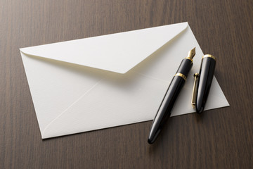 白色の封筒と万年筆