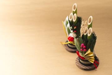 金色の背景に門松の正月飾り