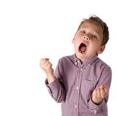 Vor Freude schreiender Junge, freigestellt