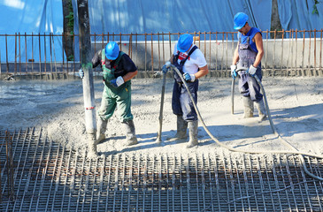 Arbeiter hält Betonpumpenschlauch