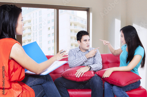 Young couple consults talking to psychologist 1