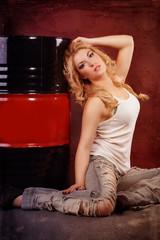 schöne blonde Frau in zerissener Jeans