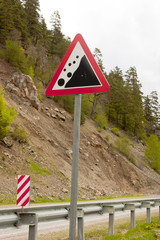 """Дорожный знак """"Падение камней"""" на фоне обвала"""